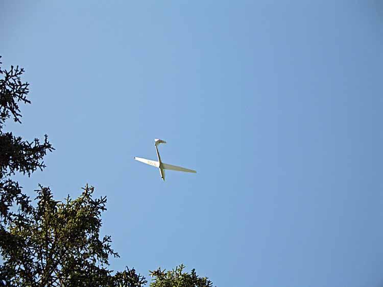 Foto: tomy37 / Wander Tour / Burgenrunde hoch über dem Talkessel von Reutte / am Fusse des Schlosskopf's befindet sich ein Segelflugplatz. <br>Die an den Hängen des Berges entstehenden Hangaufwinde nutzen die Segelflugzeuge um Höhe zu gewinnen / 19.08.2009 19:07:28