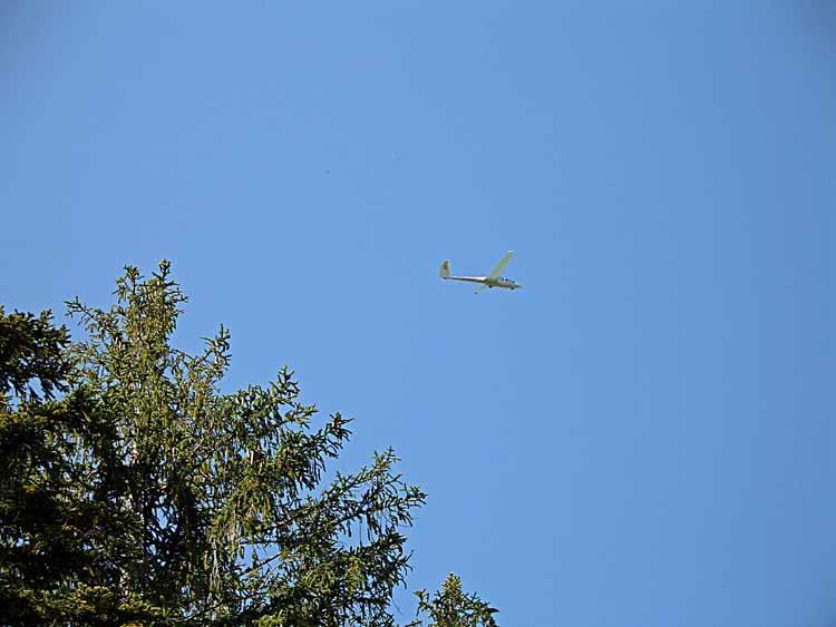 Foto: tomy37 / Wander Tour / Burgenrunde hoch über dem Talkessel von Reutte / am Fusse des Schlosskopf's befindet sich ein Segelflugplatz. <br>Die an den Hängen des Berges entstehenden Hangaufwinde nutzen die Segelflugzeuge um Höhe zu gewinnen / 19.08.2009 19:07:16