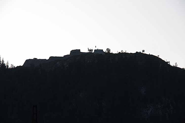 Foto: tomy37 / Wander Tour / Burgenrunde hoch über dem Talkessel von Reutte / Festung Schlosskopf im Gegenlicht / 19.08.2009 18:33:47
