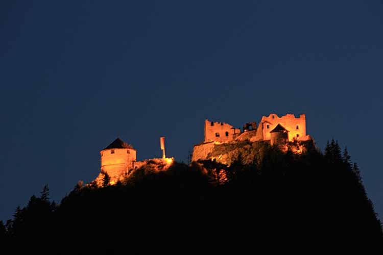 Foto: tomy37 / Wander Tour / Burgenrunde hoch über dem Talkessel von Reutte / Ruine Ehrenberg bei Nacht / 19.08.2009 18:33:09