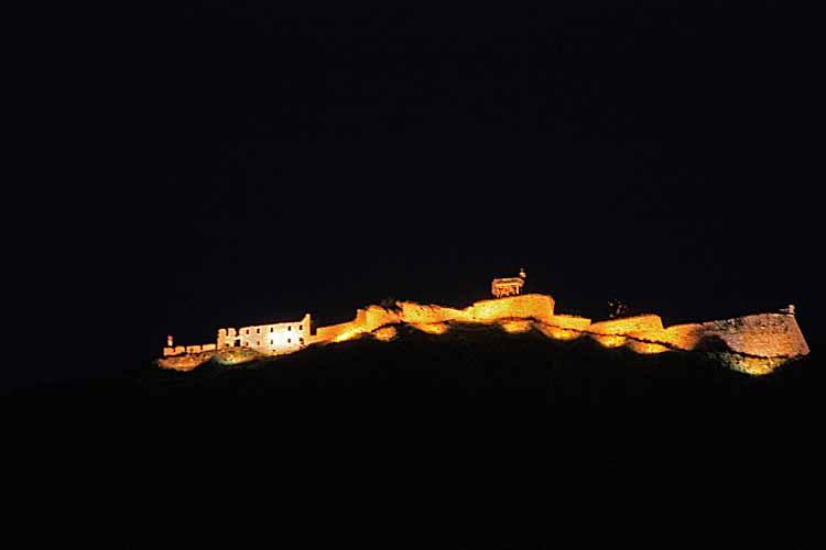 Foto: tomy37 / Wander Tour / Burgenrunde hoch über dem Talkessel von Reutte / Festung Schlosskopf bei Nacht / 19.08.2009 18:32:38