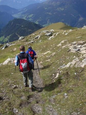 Foto: Wolfgang Dröthandl / Wander Tour / Vom Sadnighaus auf den Mohar / Abgang Mohar Richtung Gh. Glocknerblick, im Tal Winklern, dahinter Iselsberg / 29.08.2015 18:55:58
