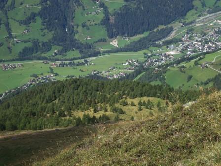 Foto: Wolfgang Dröthandl / Wander Tour / Vom Sadnighaus auf den Mohar / Abstieg vom Moharkreuz - Tiefblick auf Sagritz, Maria Dornach und Großkirchheim (von links) / 29.08.2015 18:51:11