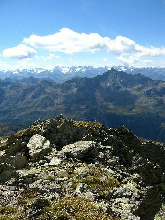 Foto: Lukas N. / Wander Tour / Westliche Eisentalerspitze / Blick nach Süden: rechts vorne Valschavieler Maderer (Madererspitze, 2769m), im Hintergrund Silvretta mit Piz Buin / 06.02.2010 20:07:49