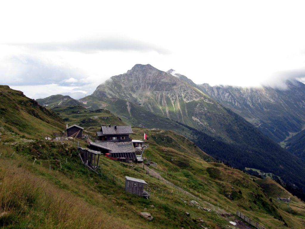 Foto: Ingo Gräber / Wander Tour / Vom Jaufenpass  auf Saxner und Fleckner  / Fleckner-Hütte, im Hintergrund die Jaufenspitze / 13.11.2015 17:35:31
