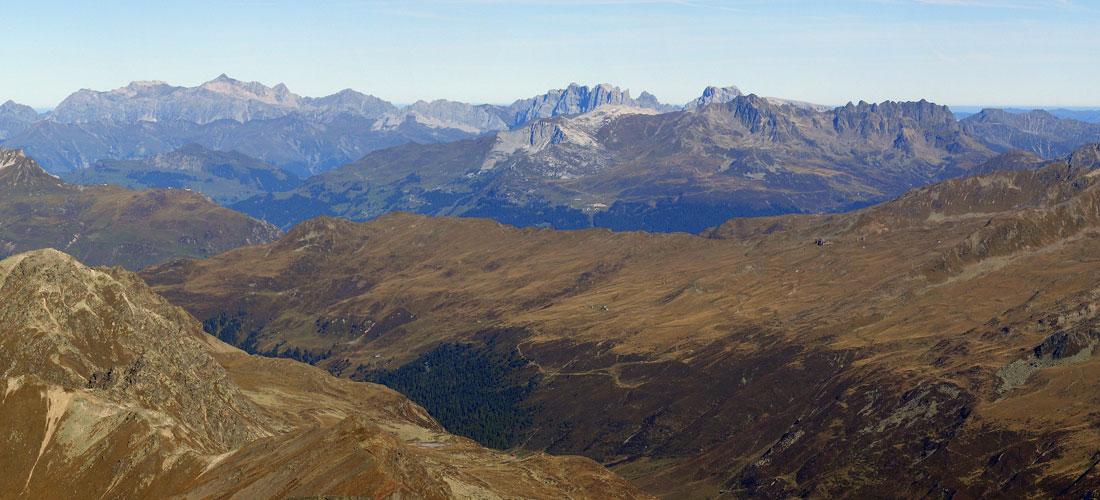 Foto: vince 51 / Wander Tour / Flüela Schwarzhorn / Zoom auf die Ratikon-Berge: links die Schesaplana, in der rechten Hälfte die Südwände von Drusenfluh und - Türmen und der Sulzfluh / 22.06.2011 20:56:13