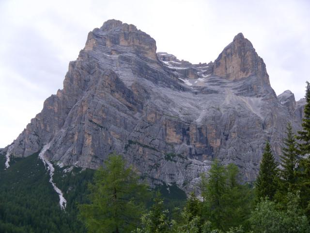 Foto: Wolfgang Lauschensky / Wander Tour / Monte Pelmo / Südseite des Monte Pelmo: Anstieg von rechts über das waagrechte Ballband und das breite Kar zum Hauptgipfel im Hintergrund / 01.07.2011 20:59:20