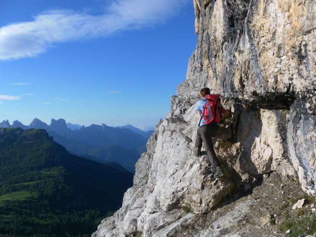Foto: Wolfgang Lauschensky / Wander Tour / Monte Pelmo / ausgesetzter Einstieg in das waagrechte Ballband / 01.07.2011 20:58:28