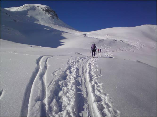 Foto: gumpiand / Ski Tour / Eiskogel, 2321m - über die Tauernscharte / Nördlich vom Napf (2167), rechts hinten der Gr. Eiskogel (2321). An dieser Stelle ist beim Rückweg ein kleiner Gegenanstieg einzuplanen. / 16.01.2010 21:38:10