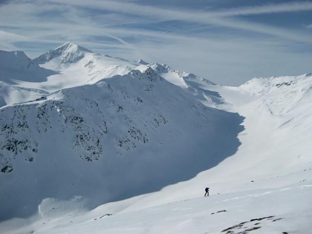 Foto: Wolfgang Lauschensky / Skitour / Kreuzspitze, 3455m - über die Südostflanke / Similaun über dem Niederjochtal / 05.02.2012 15:16:51