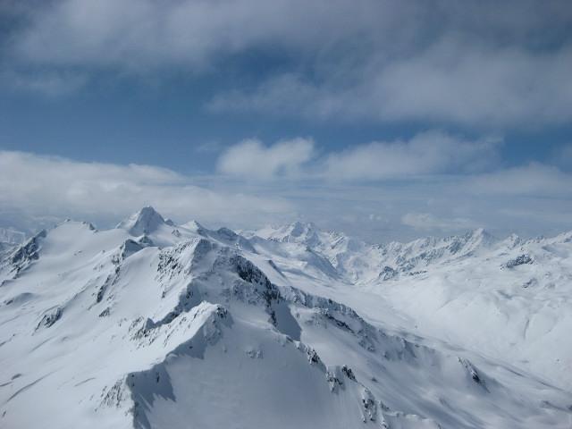 Foto: Wolfgang Lauschensky / Skitour / Kreuzspitze, 3455m - über die Südostflanke / Sennkogel, Saykogel, Hauslabkogel, dominant dahinter die Finailspitze, zentral die Weißkugel / 05.02.2012 15:15:49
