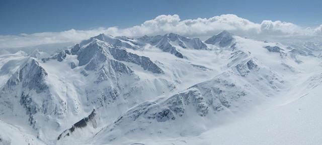 Foto: Wolfgang Lauschensky / Skitour / Kreuzspitze, 3455m - über die Südostflanke / Hintere Schwärze und Similaun am Horizont / 05.02.2012 15:15:39