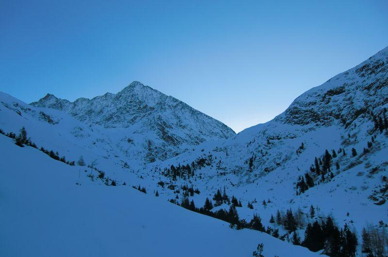 Foto: Thomas Paschinger / Ski Tour / Kuhscheibe, 3189m  / der Schrankkogel (3497m) in den frühen Morgenstunden; am Weg zur Amberger Hütte fotographiert / 12.02.2010 15:55:25