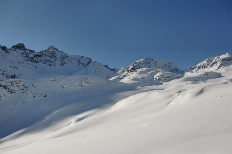 Foto: Thomas Paschinger / Skitour / Kuhscheibe, 3189m  / quer durchs gesamte Roßkar, links ist der Gipfel bereits in Sicht / 12.02.2010 15:53:18