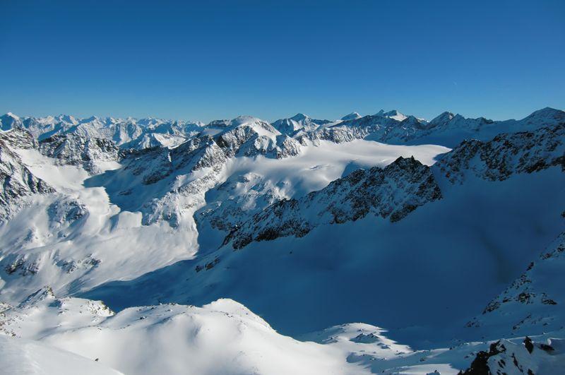 Foto: Thomas Paschinger / Ski Tour / Kuhscheibe, 3189m  / übern Sulztalferner zum Stubaier Gletscher (rechts hinten Zuckerhütl usw.) / 12.02.2010 15:50:16
