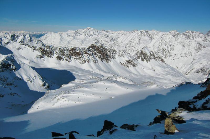 Foto: Thomas Paschinger / Skitour / Kuhscheibe, 3189m  / der Aufstiegsweg vom Gipfel: aus dem Sulztal (rechts unten), nach links quer durchs Roßkar und über den Roßkarferner zum Gipfel / 12.02.2010 15:47:02