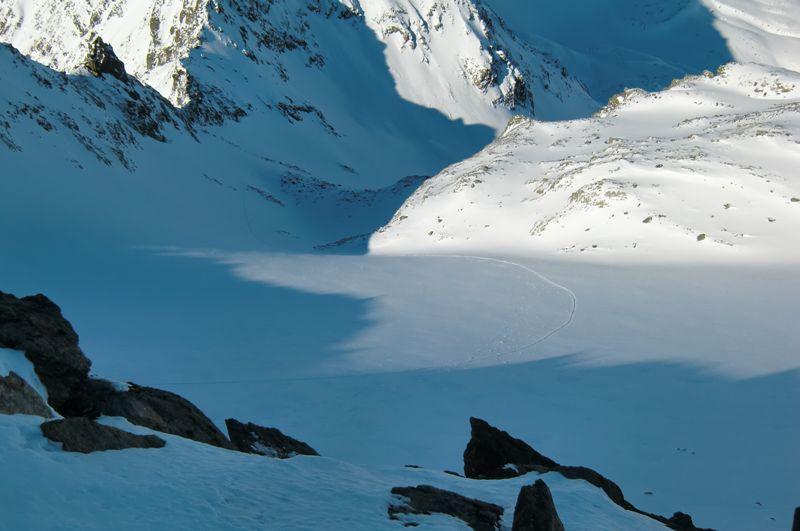Foto: Thomas Paschinger / Skitour / Kuhscheibe, 3189m  / am unbefahrenem Gipfelgletscherhang ist nur unsre Aufspiegsspur zu erkennen / 12.02.2010 15:44:50