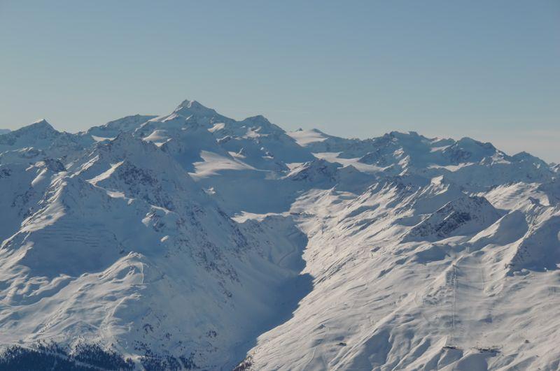 Foto: Thomas Paschinger / Skitour / Kuhscheibe, 3189m  / unten Schigebiet Hochsölden, hinten die Wildspitze (3774m) / 12.02.2010 15:43:45