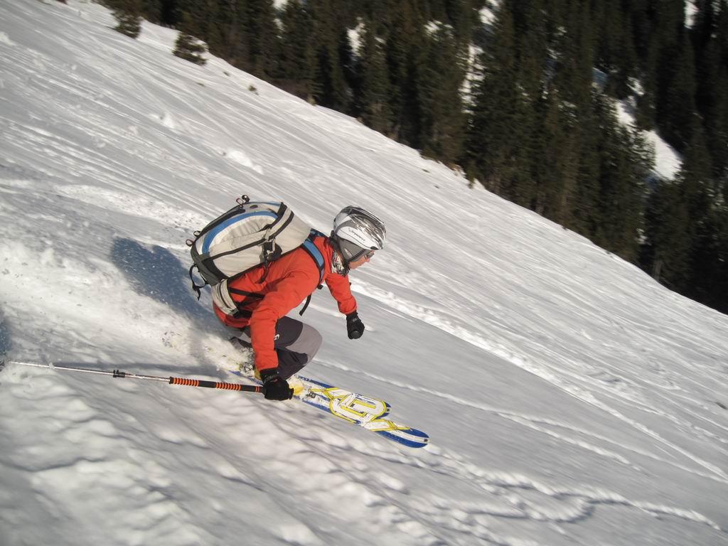 Foto: Heidi Schützinger / Ski Tour / Saalkogel, 2006m / Christine in Fahrt - schönes freies Tourengelände / 08.01.2011 18:25:04