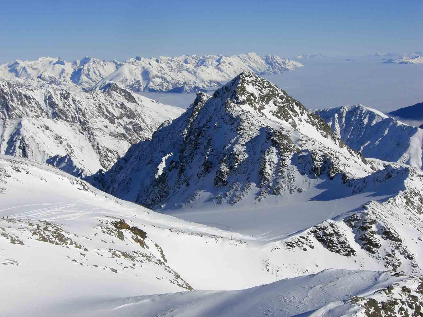 Foto: Thomas Paschinger / Skitour / Zwieselsbacher Roßkogel, 3081m / Blick zur Rotgrubenspitze mit Gletscherbecken und ins nebelverhangene Inntal / 07.02.2009 13:37:52