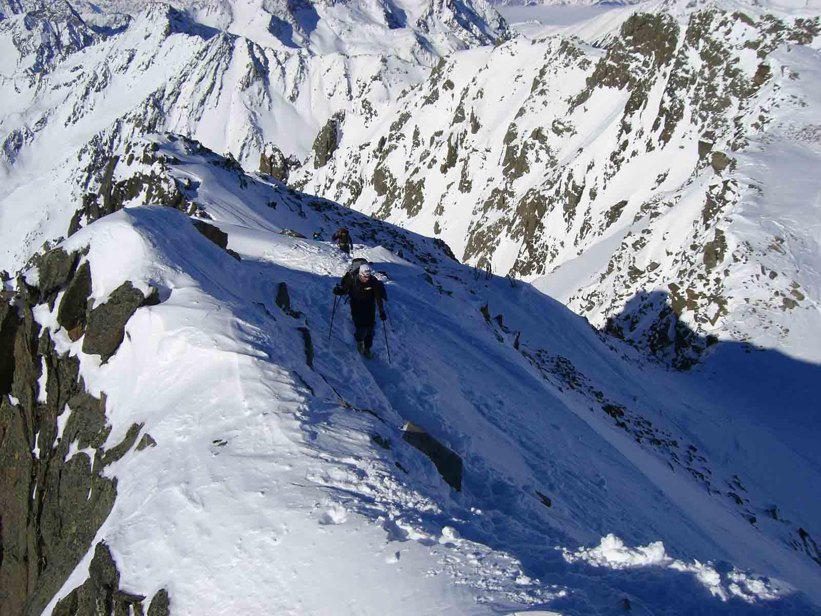 Foto: Thomas Paschinger / Skitour / Zwieselsbacher Roßkogel, 3081m / die letzten 5 Minuten vom Schidepot am einfachen Grat zum Gipfelkreuz / 07.02.2009 13:38:36
