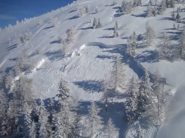 Foto: hofchri / Ski Tour / Hoher Zinken, 1764m / (Aufnahme vom 25.02.2009, Quelle: Lawine.at)<br>Schneebrett am Hohen Zinken - man kann zur Zeit nirgends einen Lawinenabgang ausschließen! Der äußerst beliebte Zinken gilt als relativ sicher, das mächtige Schneebrett geht allerdings bis zum Anfellplatz runter! Dieses Foto soll zum Nachdenken anregen! / 27.02.2009 15:59:44