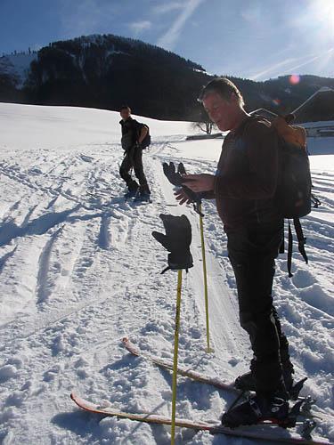 Foto: Lenswork.at / Ch. Streili / Ski Tour / Loibersbacher Höhe, 1456m / mitch beim ausrüstungscheck / 21.11.2007 19:52:03