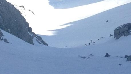 Foto: Manfred Schullerer / Ski Tour / Strichkogel, 2035m - über Weitscharte / strichkogel - gosaukamm.<br>nach den ersten 400hm mit ski auf dem Rücken, nach 3, std auf der Weitkarscharte, dann weiter auf den strichkogel und über die rinnen wieder ins tal / 03.04.2014 20:35:42