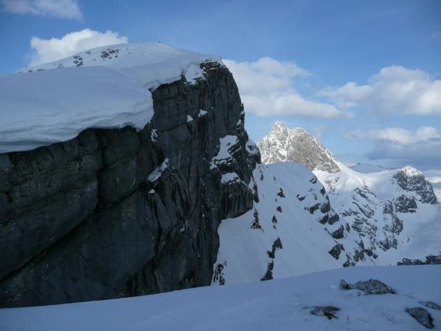 Foto: Manfred Karl / Skitour / Seehorn, 2320m / Links der Gipfelhang, man sieht deutlich, dass man nicht zu weit am Rand draußen fahren sollte, sonst ... / 27.01.2009 22:04:17