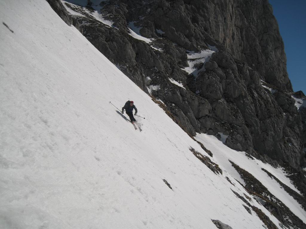 Foto: Heidi Schützinger / Ski Tour / Admonter Kalbling - über Kaiserau und Oberst-Klinke-Hütte / Steil gehts hinab durchs Eisloch  / 08.03.2011 18:51:46