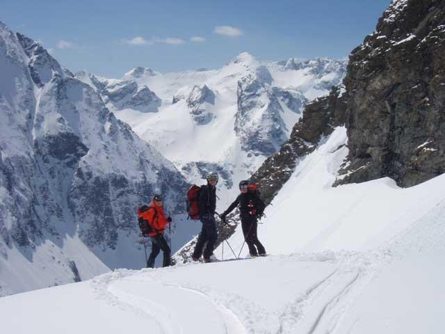 Foto: Grasberger Gerhard / Skitour / Hochwildstelle über Riesachsee, 2747m / Abfahrt im Trattenkar, Hintergrund Hochgolling & Co. / 29.04.2008 09:36:58