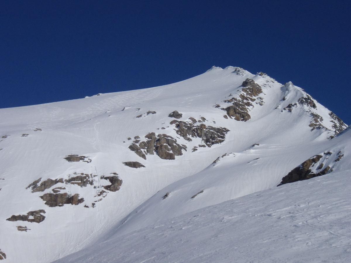 Foto: Grasberger Gerhard / Ski Tour / Hoher Sonnblick, 3106m / Unterhalb der Felsen quert man nach links zum Ochsenkees, Pkt. 2650m. / 14.04.2009 12:54:33