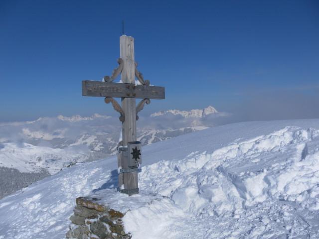 Foto: Wolfgang Lauschensky / Ski Tour / Zirmkogel (2215m) / Zirmkogelkreuz, links die Loferer und rechts die Leoganger Steinberge / 12.02.2013 17:00:02