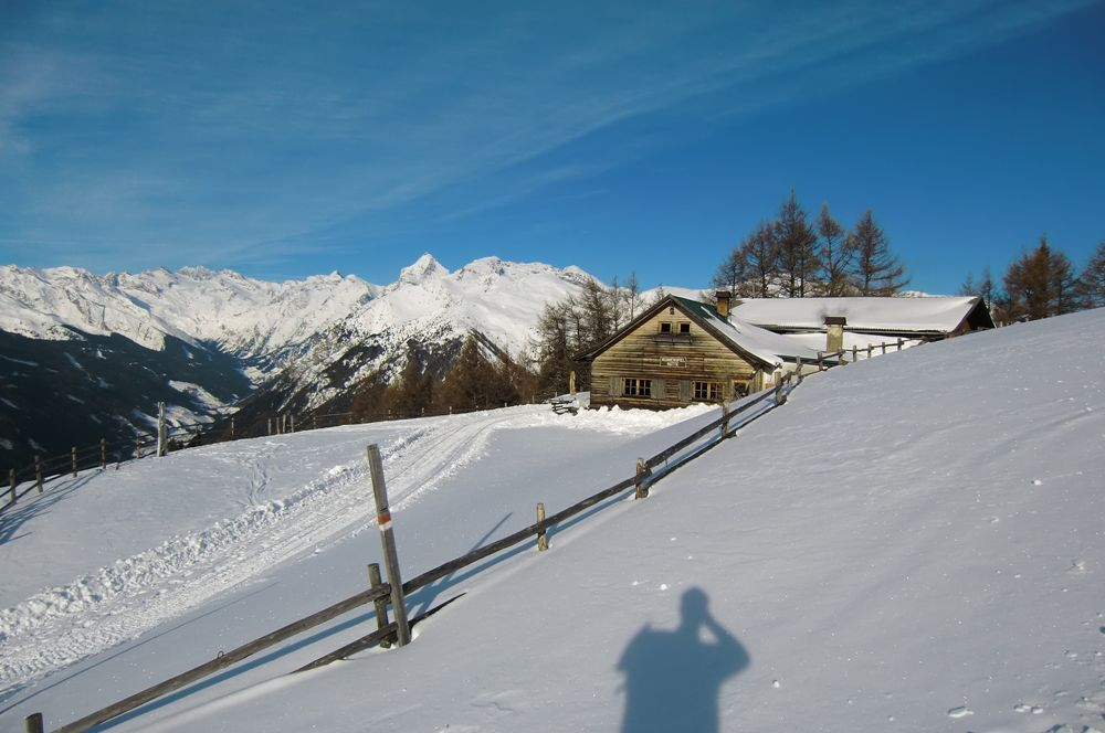 Foto: Thomas Paschinger / Ski Tour / Von Dax auf die Amthorspitze (2748m) / die Hühnerspielhütte (1868m), links das Pflerschtal / 12.02.2010 15:25:39
