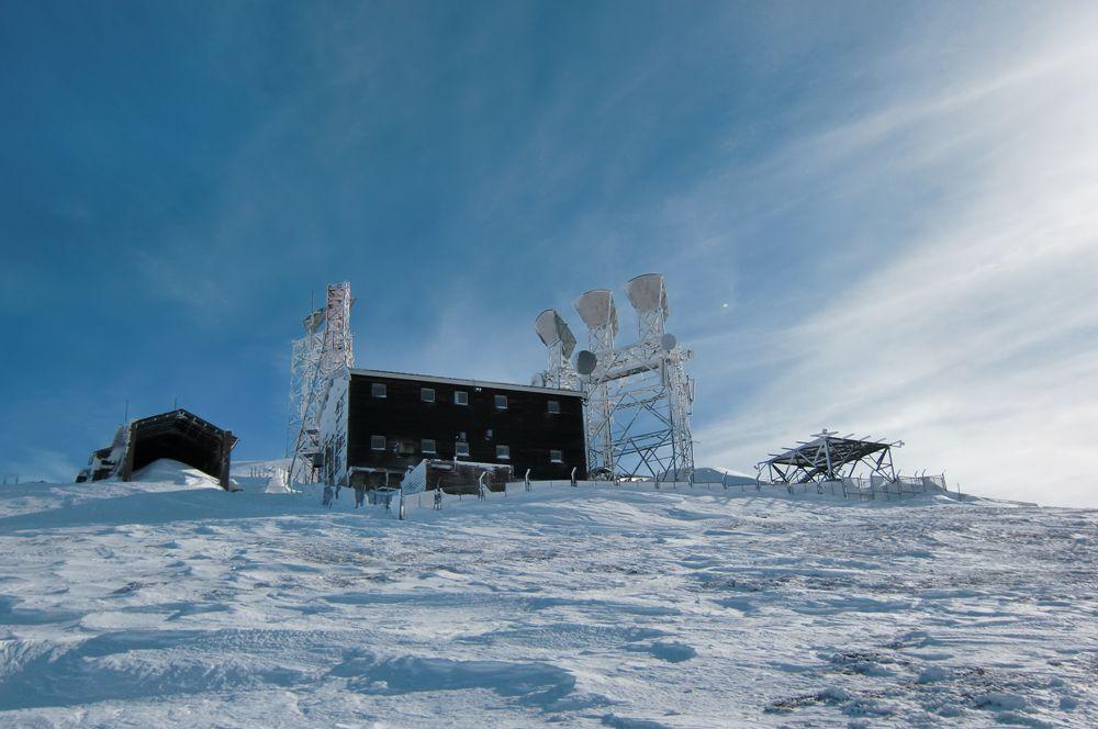 Foto: Thomas Paschinger / Ski Tour / Von Dax auf die Amthorspitze (2748m) / die verlassene Basis von NATO und ital. Militär kurz vorm Gipfel / 12.02.2010 15:24:04