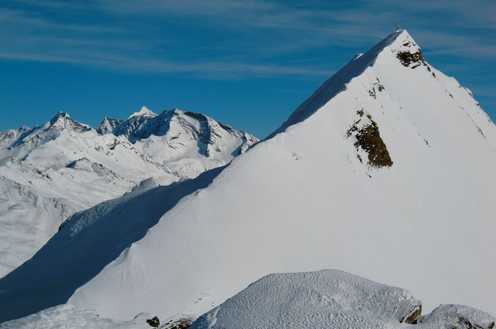 Foto: Thomas Paschinger / Ski Tour / Von Dax auf die Amthorspitze (2748m) / Ostgrat der Rollspitze (2850m); im Hintergrund Olperer, Schrammacher , davor die Hohe Wand / 12.02.2010 15:14:32