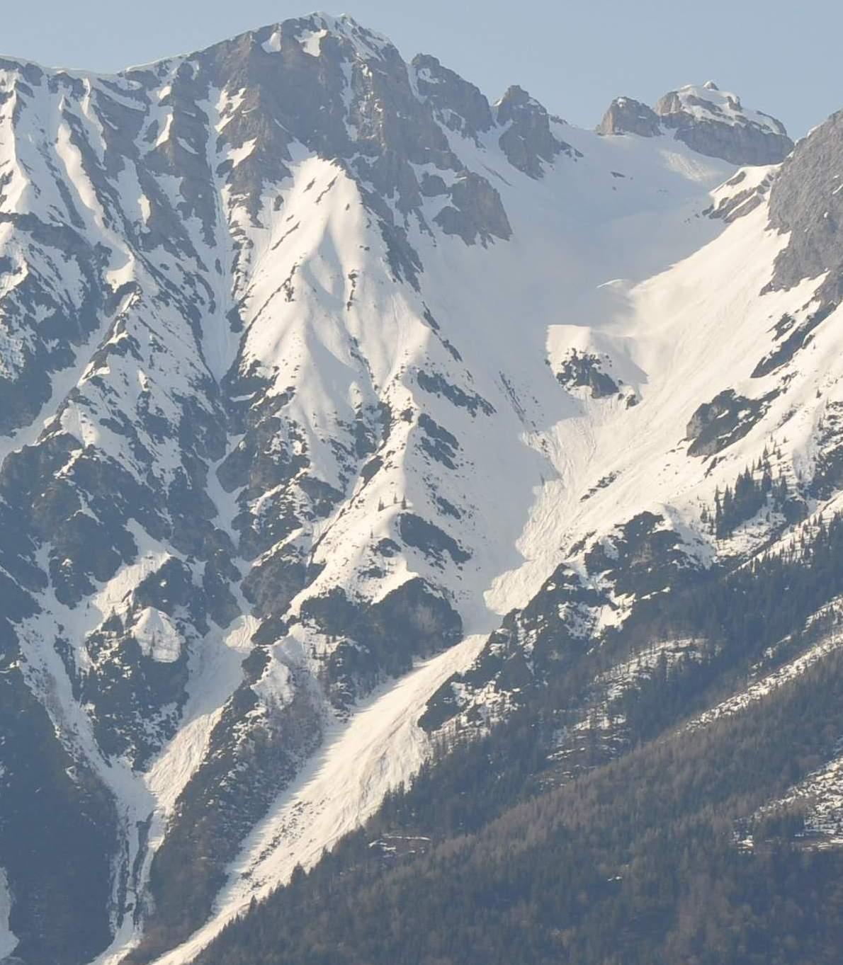 Foto: Bernhard Berger / Skitour / Über die Arzler Reise zur Arzler Scharte / Blick von Aldrans (760m) auf die Arzler Reise - oben rechts Mannlscharte (Foto Bernd Golas) / 24.04.2009 12:46:34