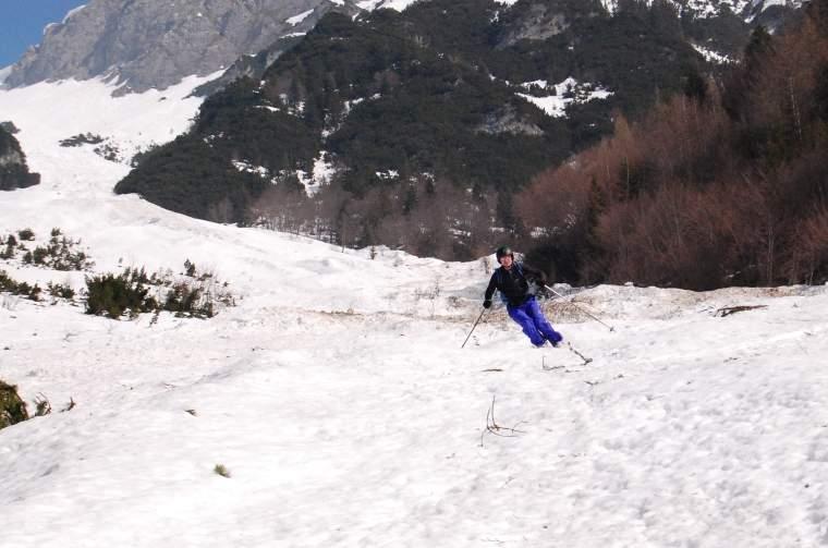 Foto: Bernhard Berger / Skitour / Über die Arzler Reise zur Arzler Scharte / Abfahrt im untersten Abschnitt (Foto Bernd Golas) / 24.04.2009 12:50:56