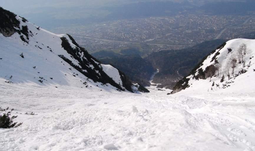 Foto: Bernhard Berger / Skitour / Über die Arzler Reise zur Arzler Scharte / Tiefblick über die Arzler Reise nach Innsbruck (Foto Bernd Golas) / 24.04.2009 12:51:53