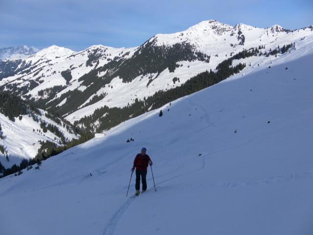 Foto: Wolfgang Lauschensky / Ski Tour / Von Aurach auf den Staffkogel (2115m) / Staffalmgebiet, Blick zu Kitzbüheler Horn, Gaisberg und Gebraranggen / 02.01.2013 18:13:03