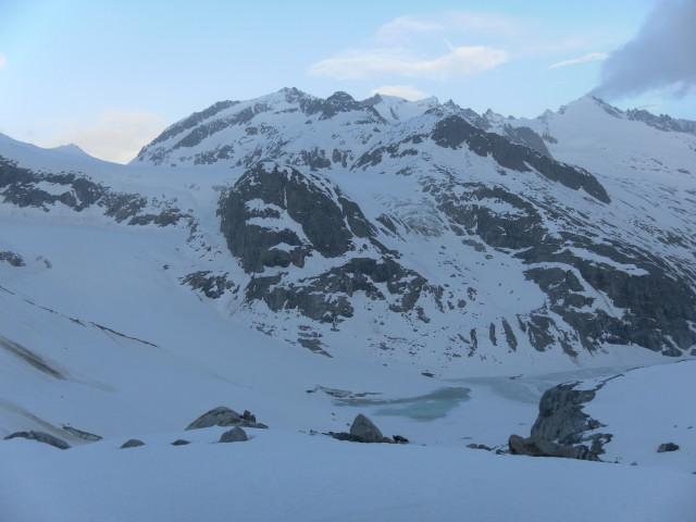 Foto: Wolfgang Lauschensky / Ski Tour / Von der Kürsingerhütte auf die Schlieferspitze (3290m) / Querung über dem Gletschersee / 07.05.2013 16:00:53