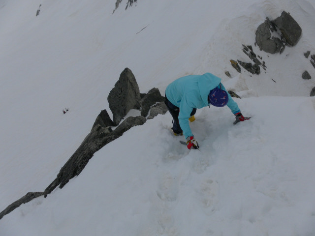 Foto: Wolfgang Lauschensky / Ski Tour / Von der Kürsingerhütte auf die Schlieferspitze (3290m) / kurze Felsstufen am Firngrat / 07.05.2013 15:58:41