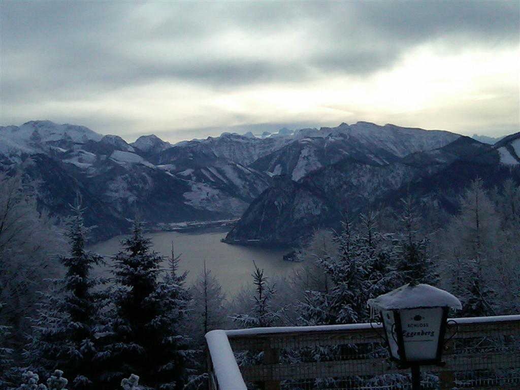 Foto: Walter Kopecny / Skitour / Grünberg (984m) / Blick auf Traunkirchen und Sonnstein - im Hintergrund der Dachstein / 11.01.2011 15:21:51