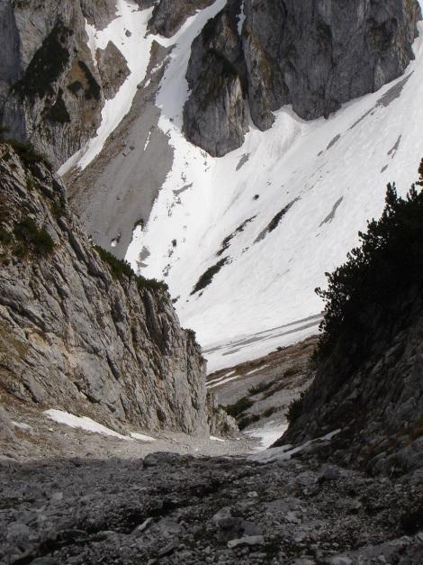 Foto: Manfred Karl / Ski Tour / Manndlscharte (2098m) / Auch beim Zustieg zur Rinne muss man sich im späten Frühjahr oft schon über steilen Schutt in die Scharte hinaufplagen. Im Hintergrund das Weitkar. / 27.01.2009 20:39:20