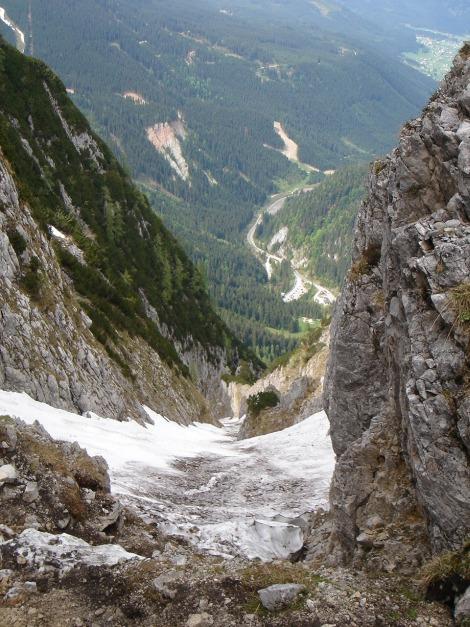 Foto: Manfred Karl / Ski Tour / Manndlscharte (2098m) / Einstieg in die Rinne über brüchige Schrofen. Gutes schifahrerisches Können und Standsicherheit sollten bei Befahrung der Rinne vorhanden sein. / 27.01.2009 20:38:08
