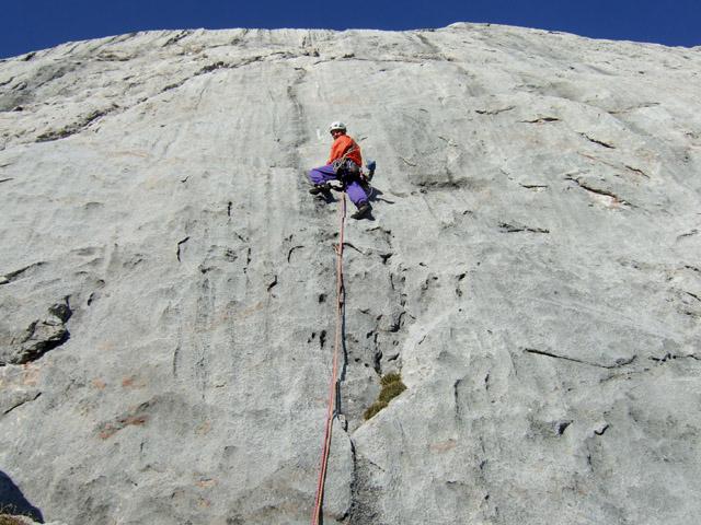 Foto: Kühberger Rudolf / Kletter Tour / Topolino (VII) / Rudolf Kühberger bei der Sanierung von Topilino  5. Sl. (7-) / 27.07.2010 16:22:11