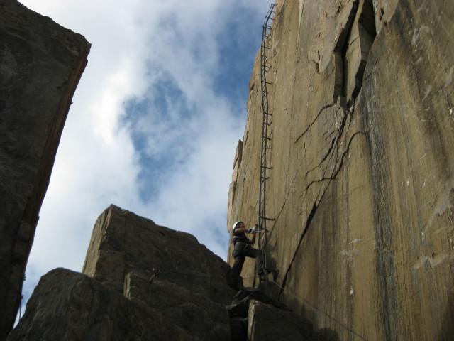 Foto: Wolfgang Lauschensky / Klettersteig Tour / Rote Saile (2879m) - Nordkanten-Klettersteig / Einstieg in die lange Leiter / 26.07.2011 23:34:19