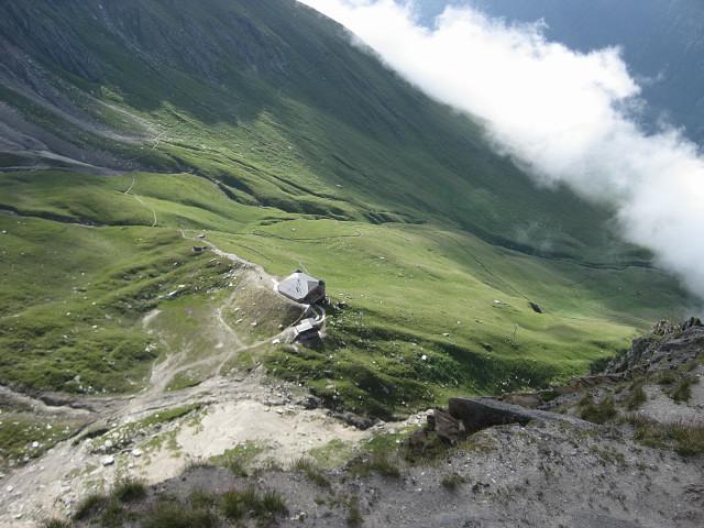 Foto: Wolfgang Lauschensky / Klettersteig Tour / Rote Saile (2879m) - Nordkanten-Klettersteig / Tiefblick zur Sajathütte beim Normalabstieg vom Gipfel / 26.07.2011 23:33:13