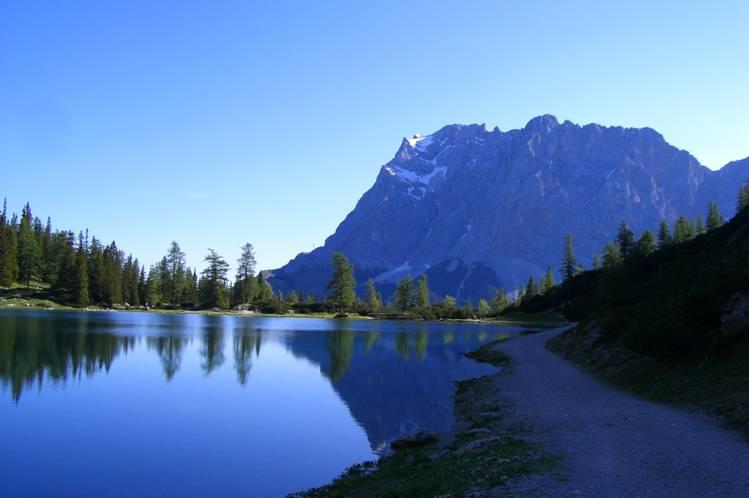 Foto: Thomas Paschinger / Klettersteig Tour / Klettersteig Seeben und Klettersteig Vorderer Tajakopf / morgendlicher Blick über den Seebensee zur Zugspitze (2962m) / 25.07.2009 14:17:59