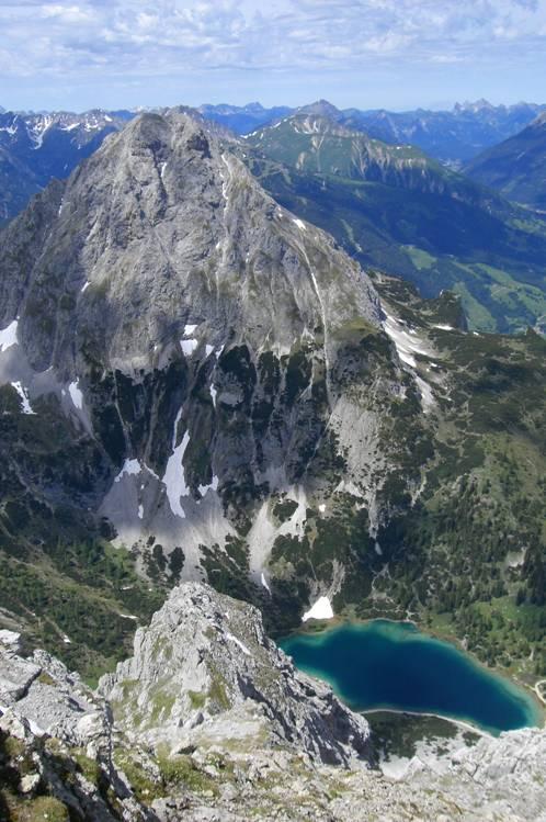 Foto: Thomas Paschinger / Klettersteigtour / Klettersteig Seeben und Klettersteig Vorderer Tajakopf / Ehrwalder Sonnenspitze (2417m) mit Seebensee im Vordergrund / 25.07.2009 14:14:37